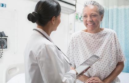 Mujer consultando a su médico - Salud femenina - Menopausia