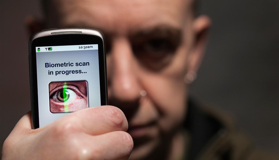 Médico examinando el ojo de un paciente a través de un celular