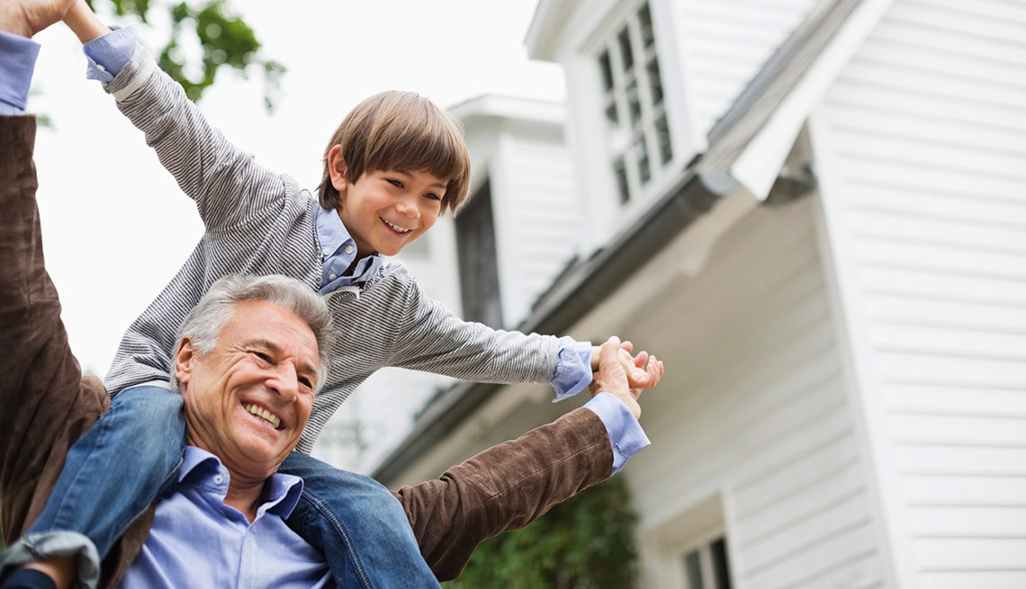 Abuelo cargando a su nieto en los hombros - Nietos autistas