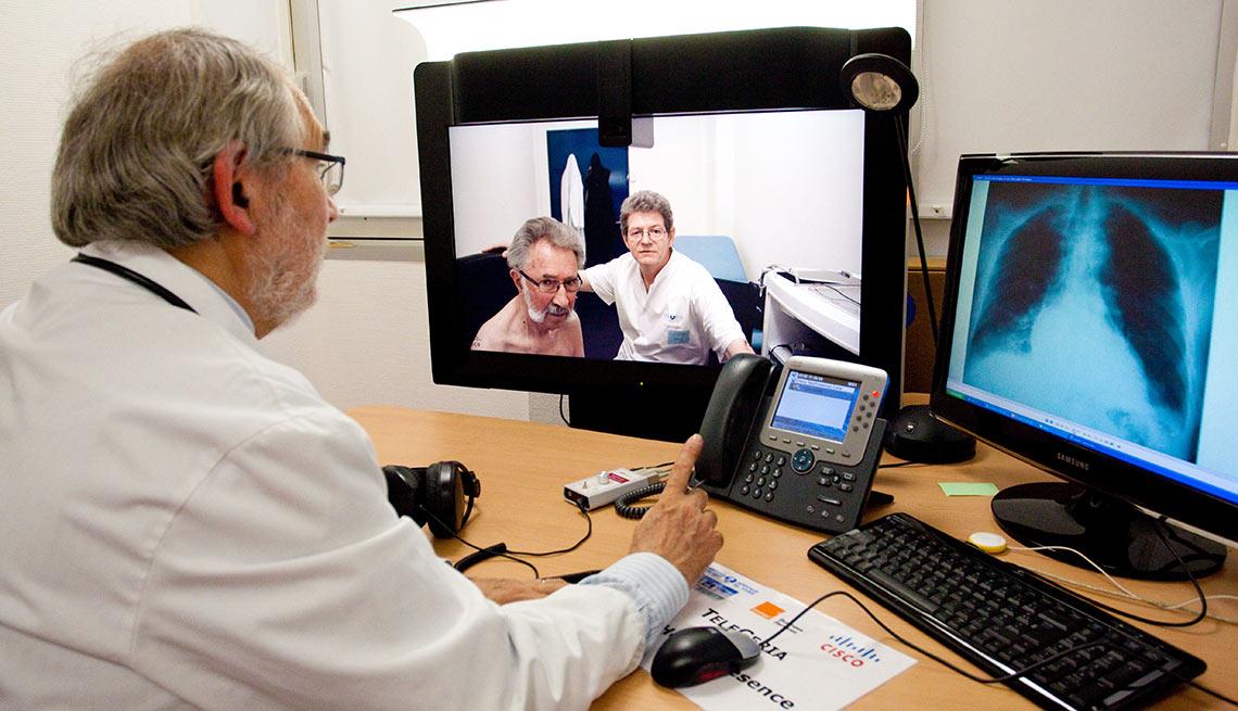 Médico y paciente en una consulta virtual