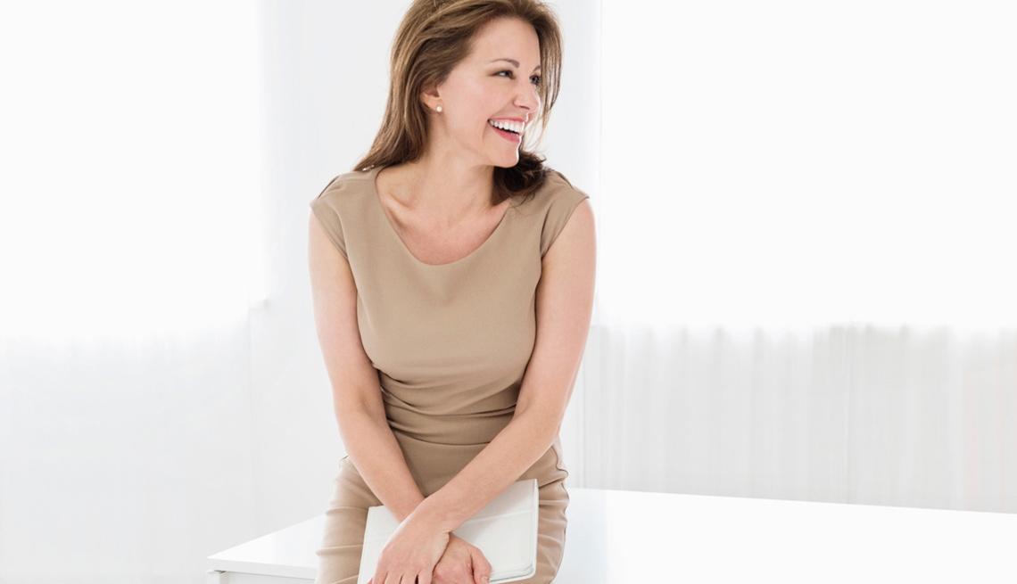 Mujer sonriendo - Sostén interno, tecnología para mejorar la apariencia del busto