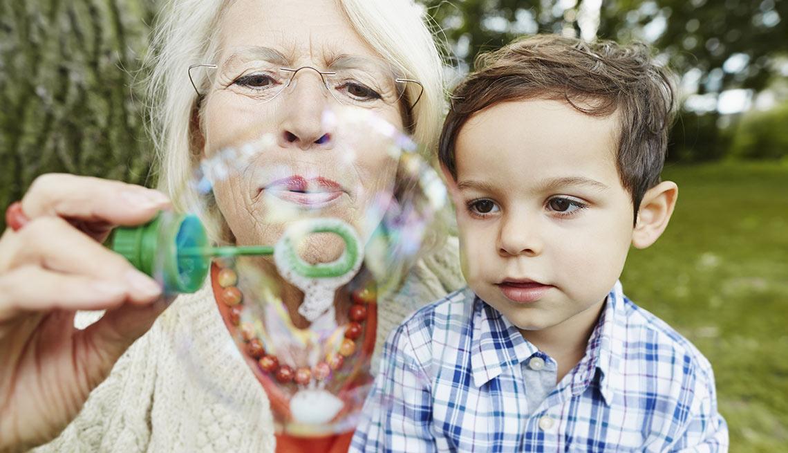 Abuela haciendo burbujas con su nieto
