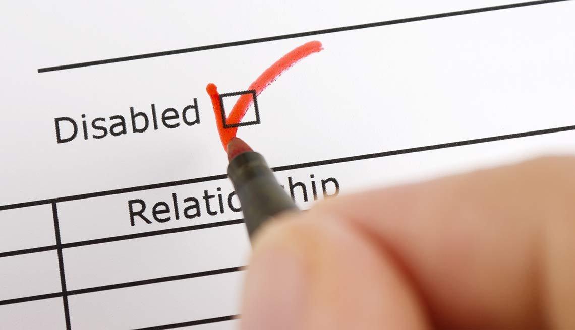 Completando un formulario sobre incapacidad