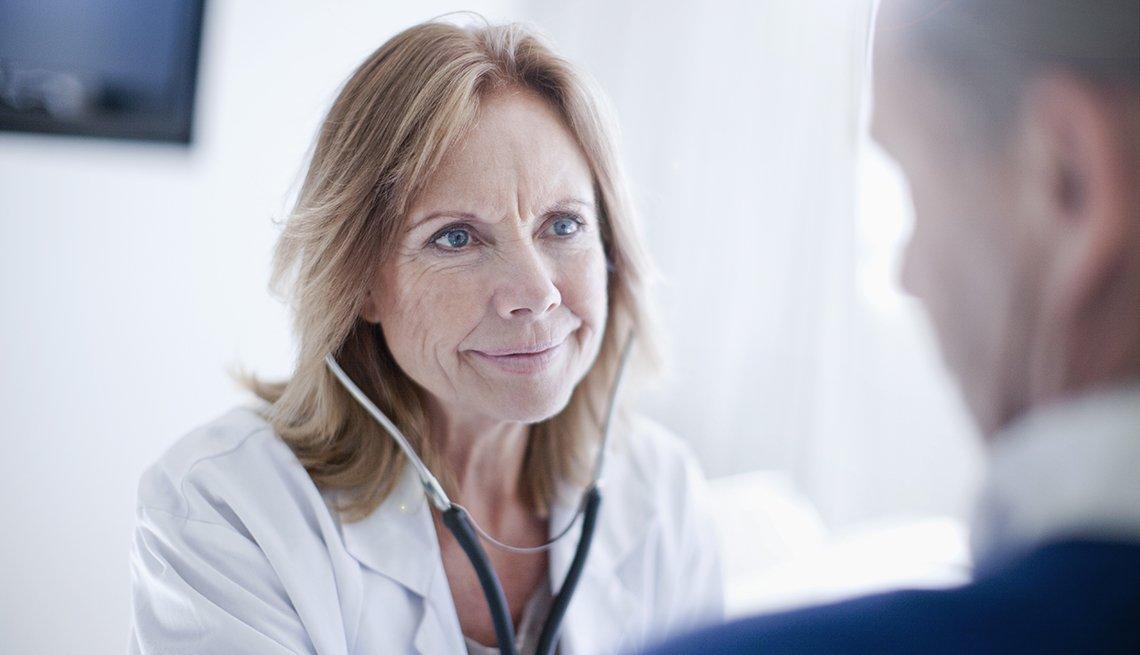 Médico viendo a su paciente