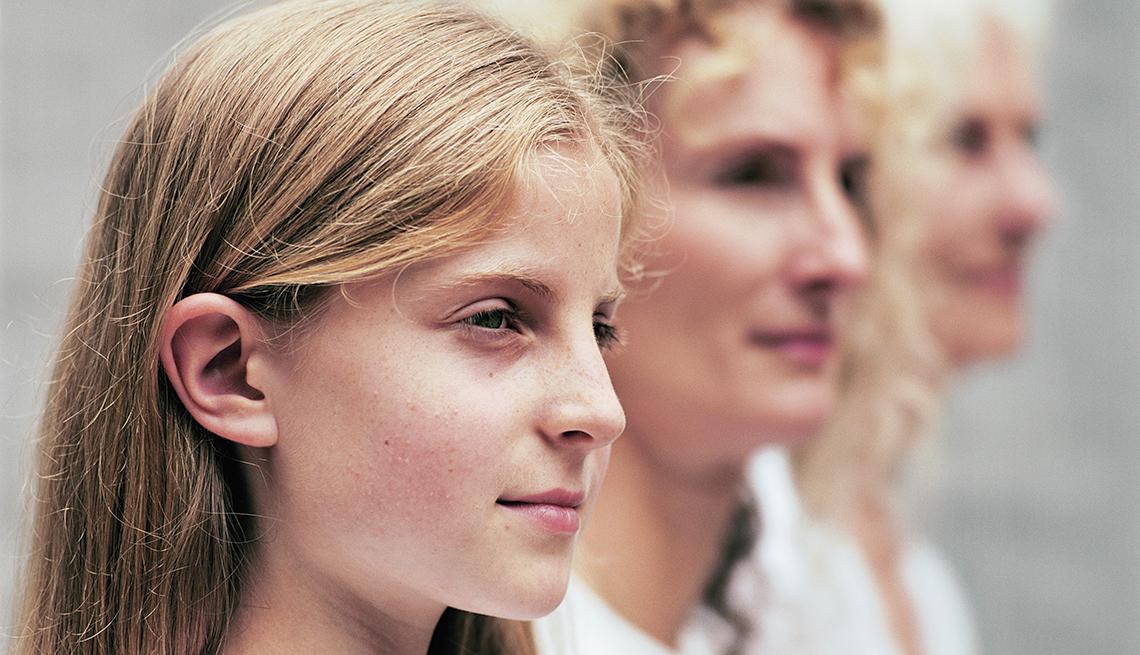 Mujer joven, mujer de mediana edad y mujer mayor, diferentes generaciones
