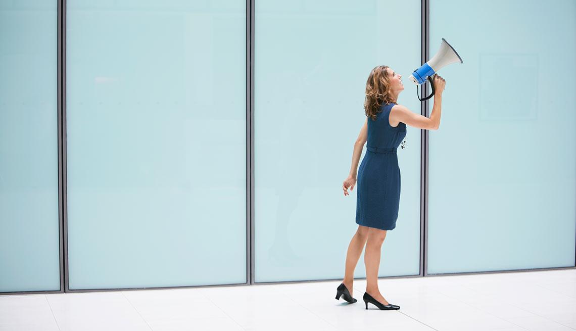 Mujer utilizando un altoparlante
