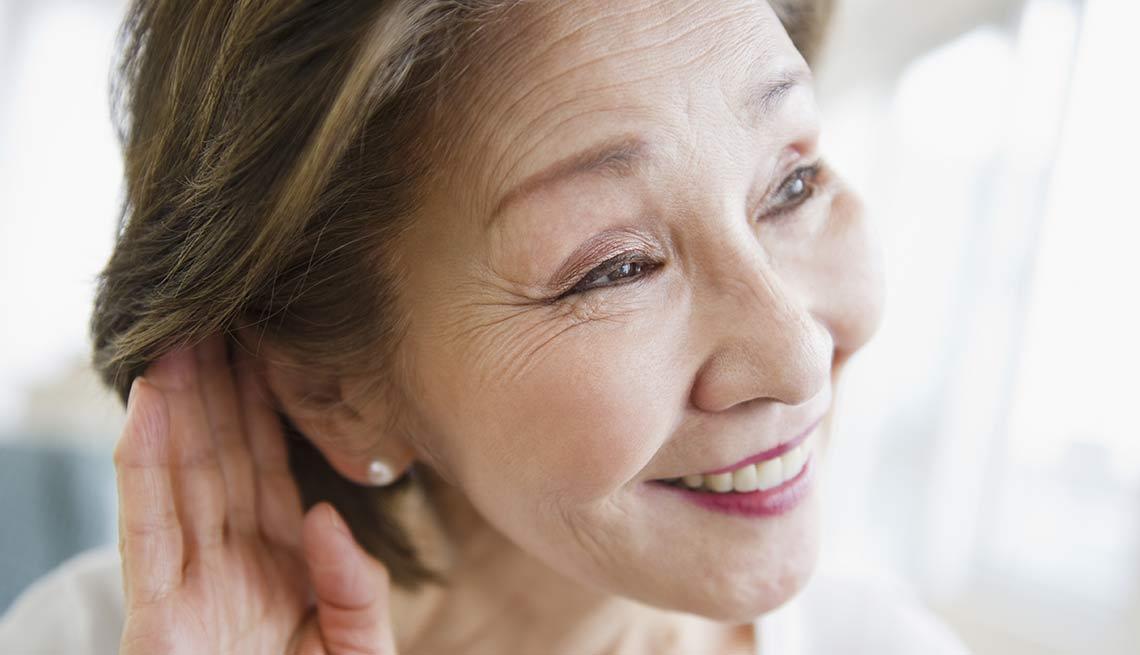 Mujer haciendo el esfuerzo de escuchar