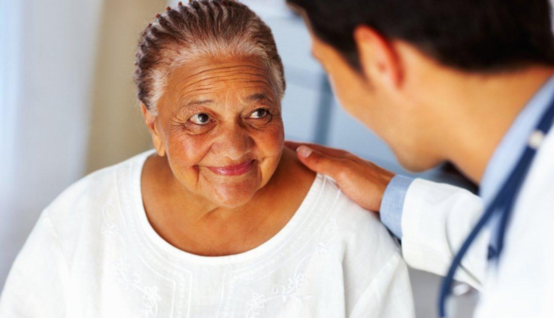 Mujer mayor con su doctor - 8 mitos sobre el cáncer de colon