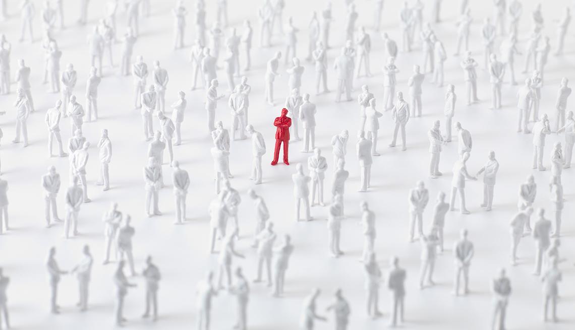 Muchas figuritas de personas color blanco y una color rojo