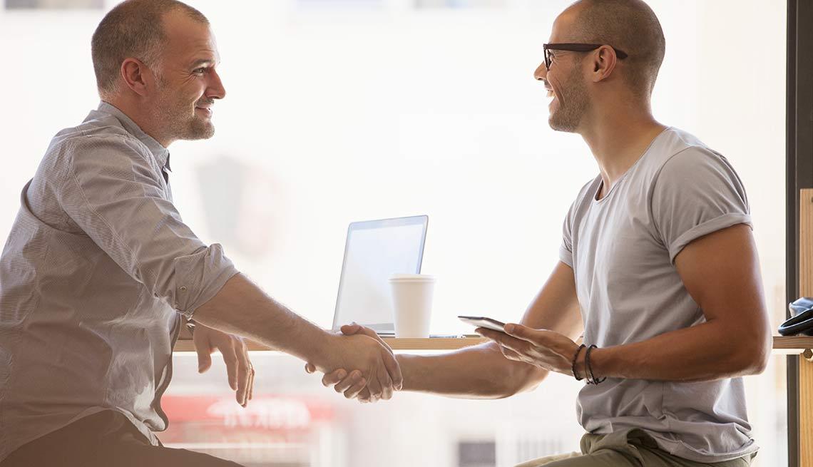Hombres dándose la mano como finalizando un acuerdo
