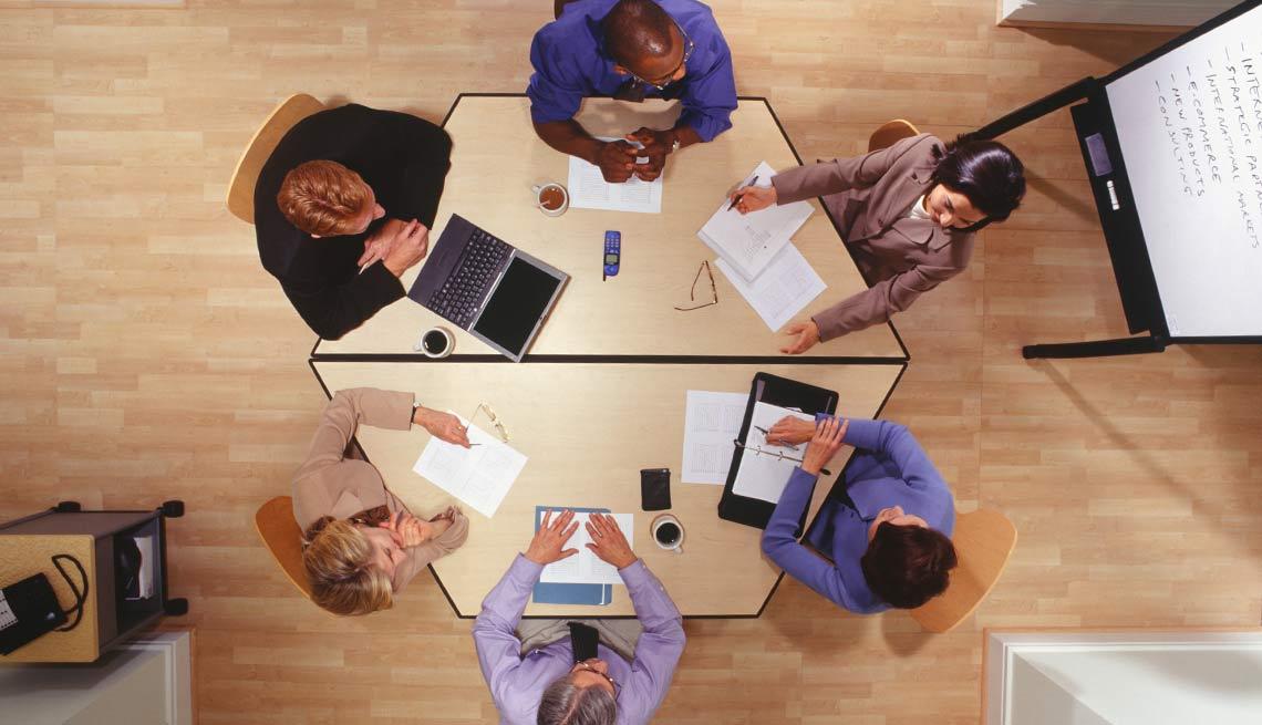 Personas reunidas en un salón de conferencias