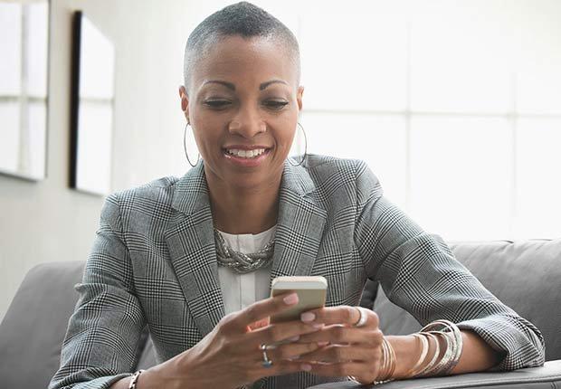 Mujer mirando su celular