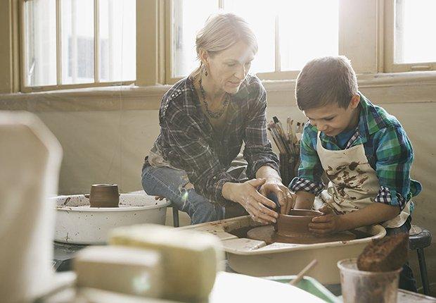 Abuela y nieto haciendo jarros de barro