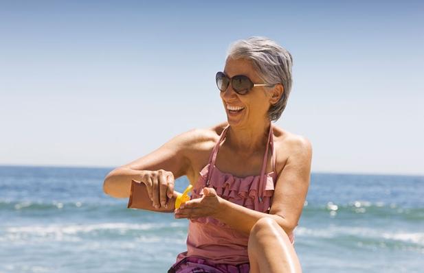 Mujer aplicandose protector solar