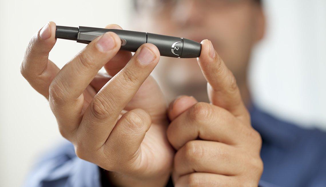 Persona utilizando un glucómetro