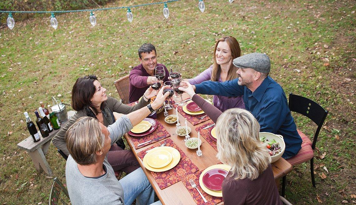 Familia cenando junta en el patio