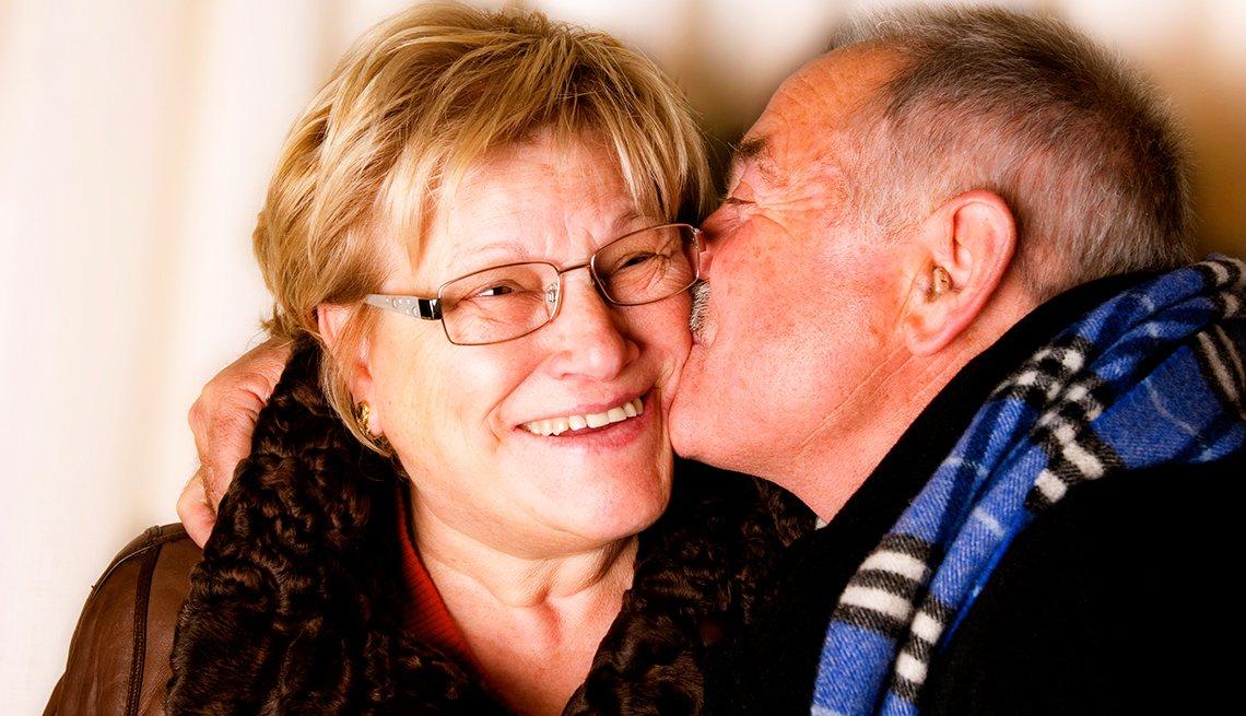 Pareja - Hombre dándole un beso a la mujer