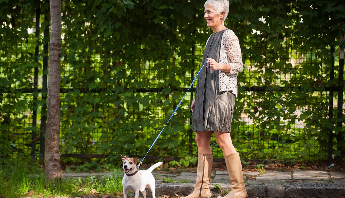 Mujer madura caminando con su perro