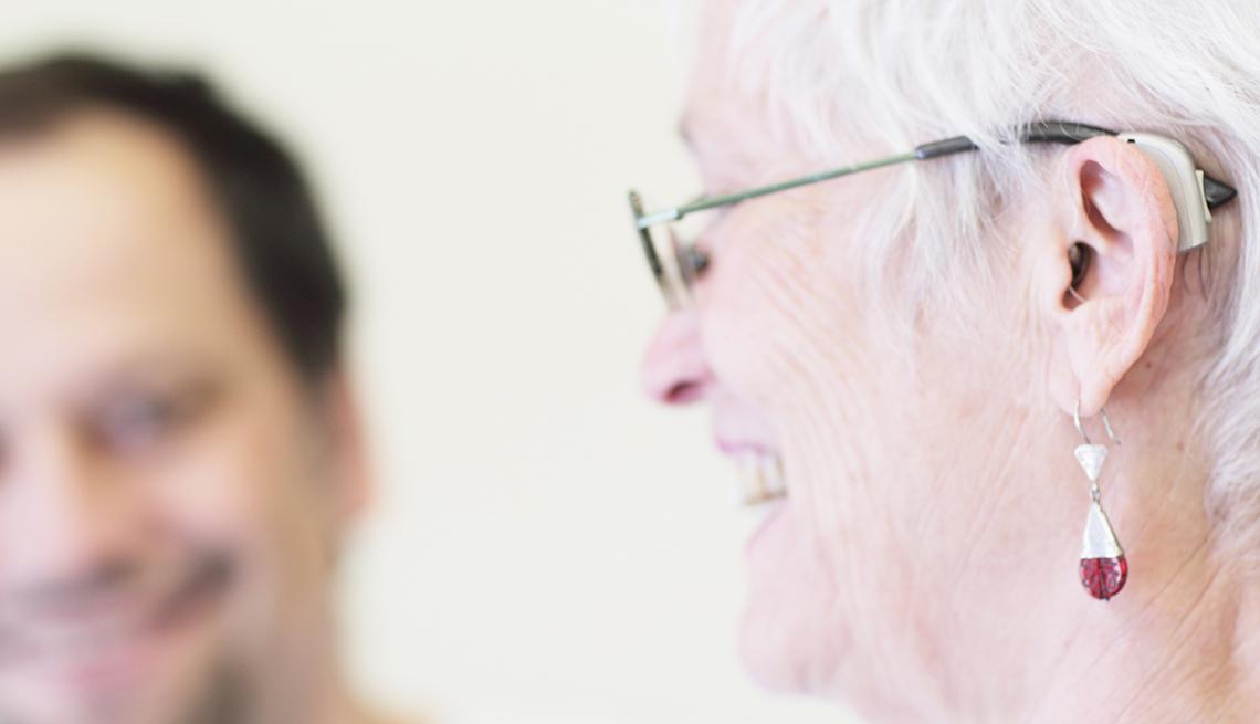 Mujer con audífonos para la pérdida auditiva