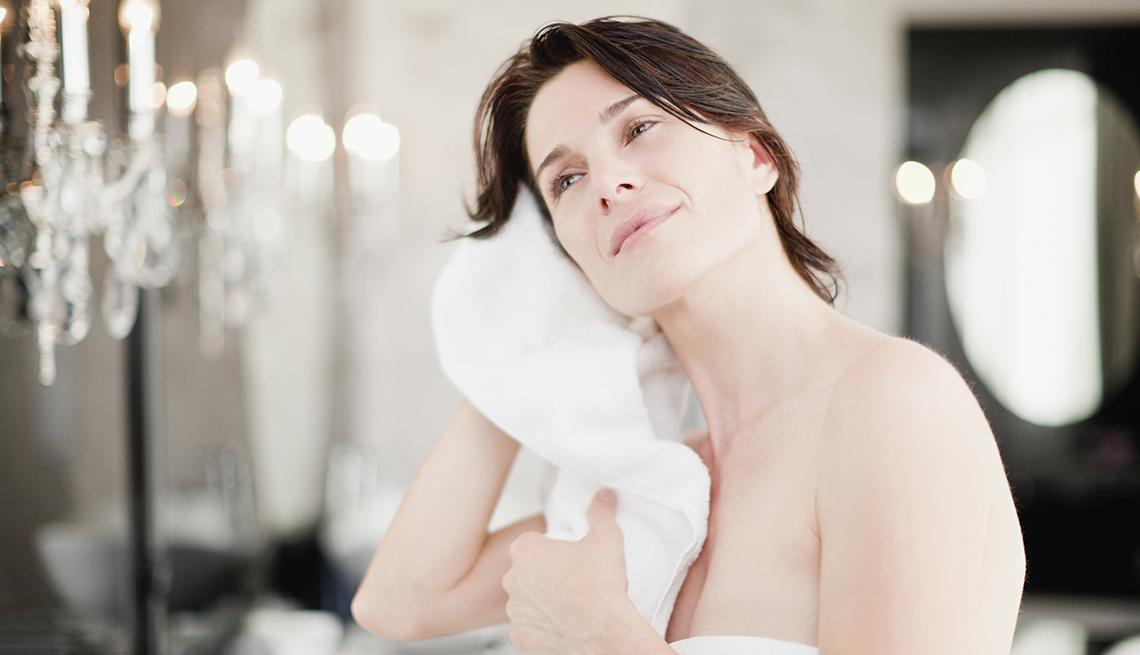 Mujer secándose luego de bañarse