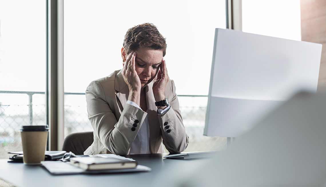 Mujer frente a una computadora - La menopausia y el trabajo