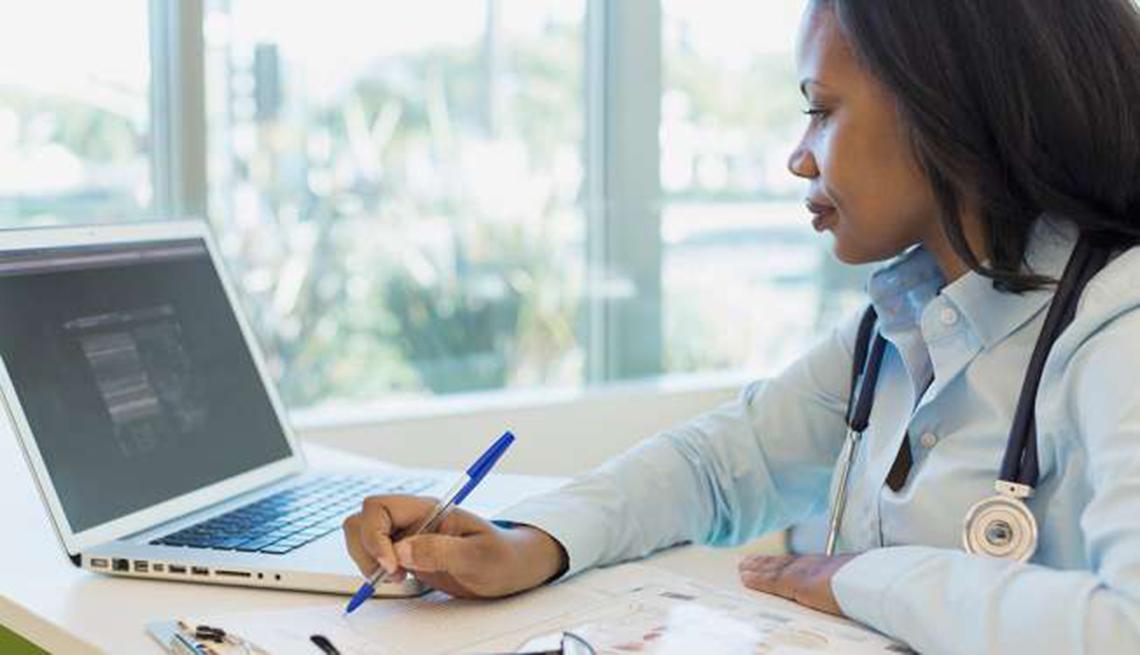 Doctora frente a su computador