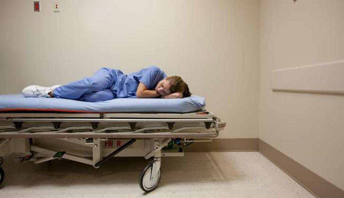 Médico tomando una siesta en una camilla