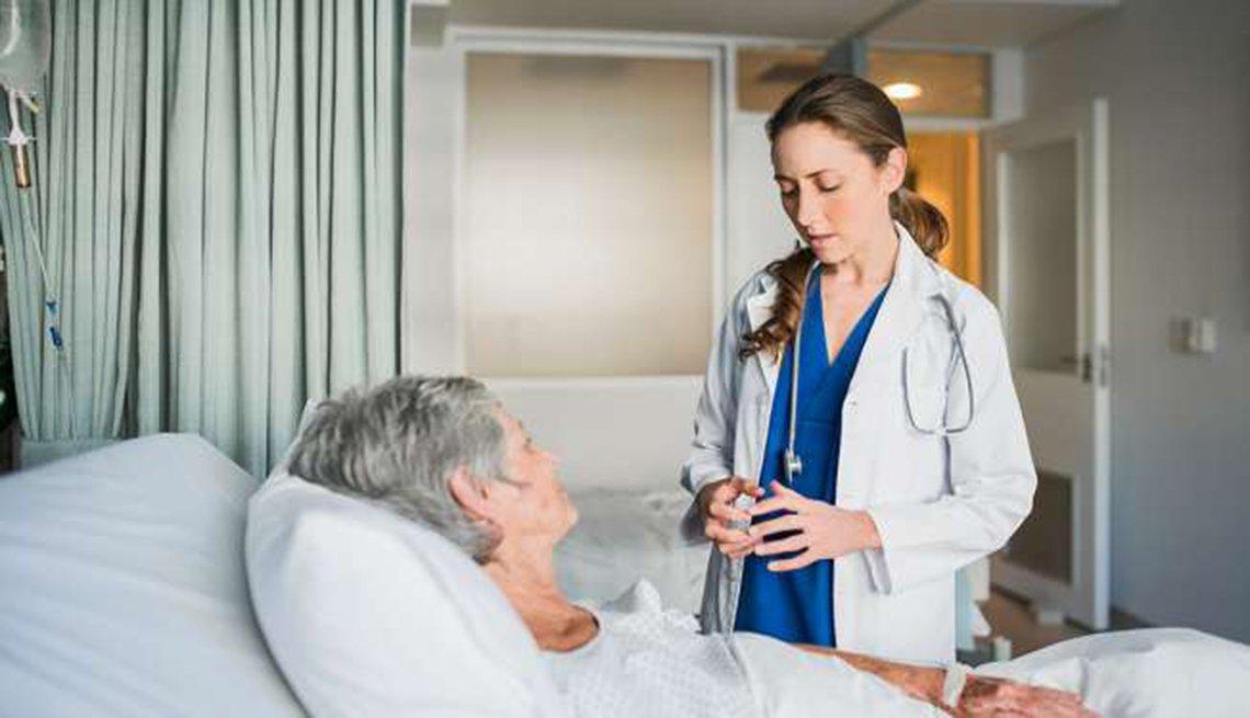 Paciente hospitalizado y su médico