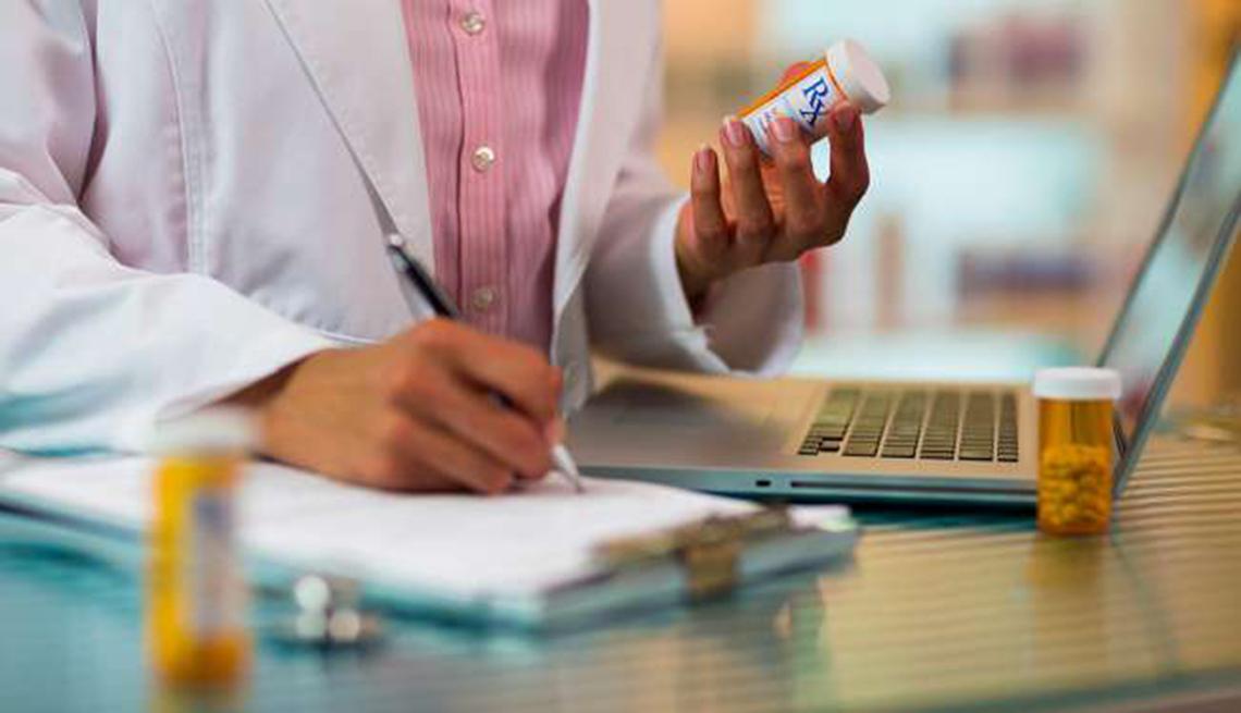 Doctor examinando un medicamento
