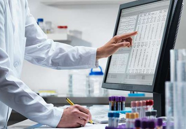 Doctor trabajando en su computador