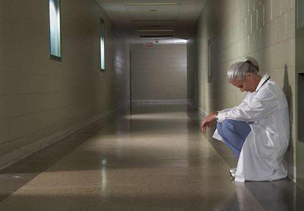 Médico tomando un receso en un pasillo de hospital