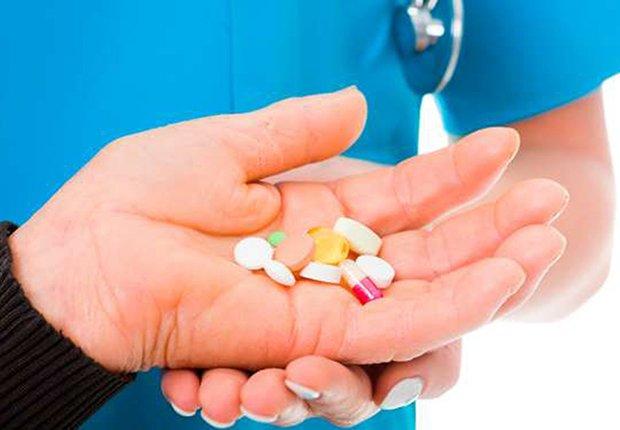 Mano sosteniendo varios medicamentos