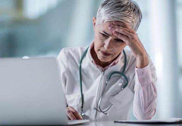 Doctor cansado y aún trabajando
