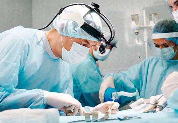 Doctores en medio de una cirugía