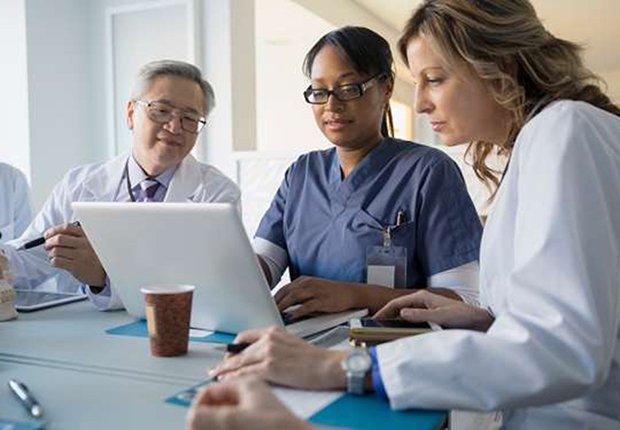 Personal médico en consulta