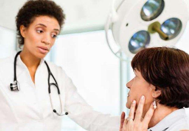 Doctor dándole una mala noticia a su paciente