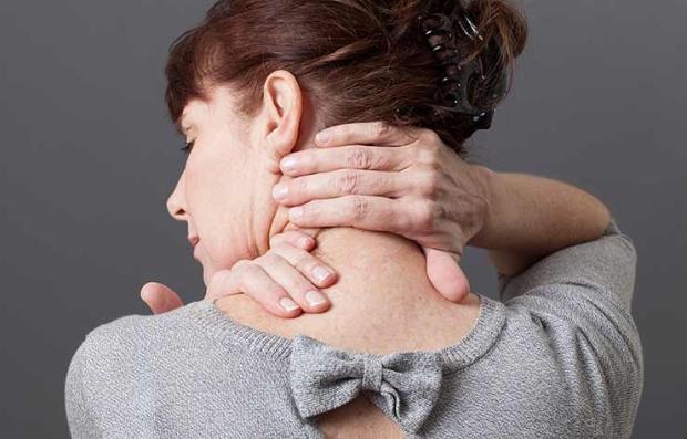Mujer masajeando su cuello
