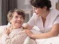 Empleado y residente de un hogar de ancianos