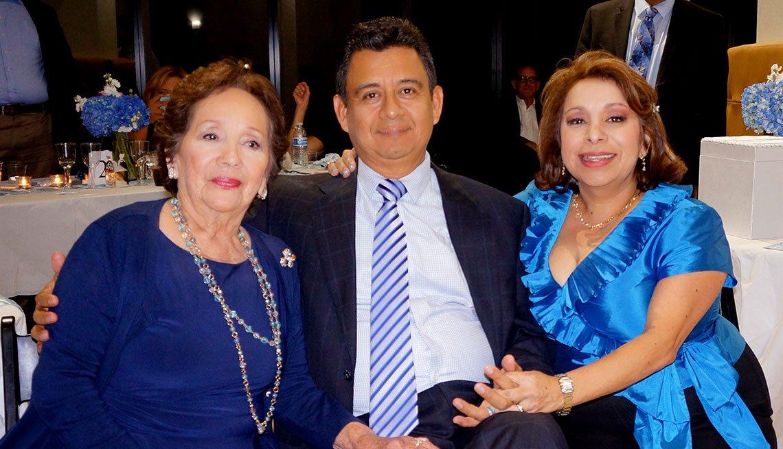 Hombre rodeado de dos mujeres, familia - Cirugía bypass