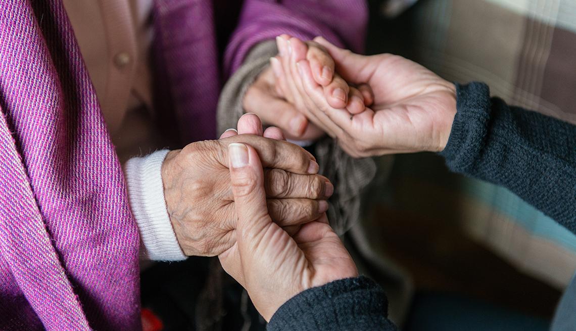 Persona cuidando de otra persona mayor