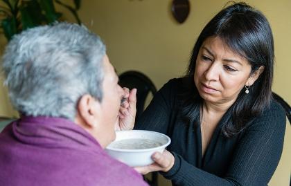 Tania Yanes le da de comer a su mama, Blanca Rosa Rivera