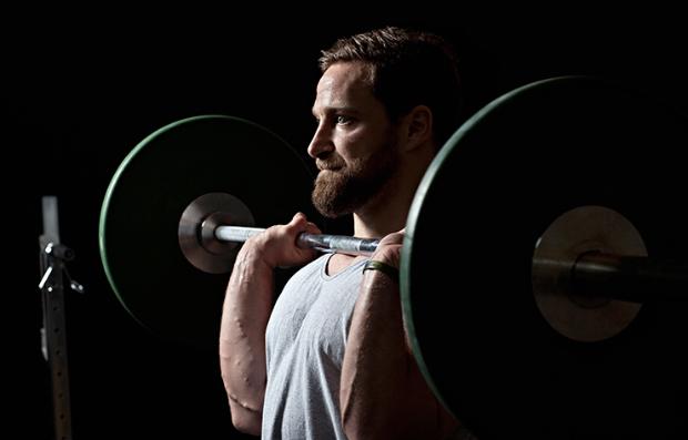 Hombre levantando pesas