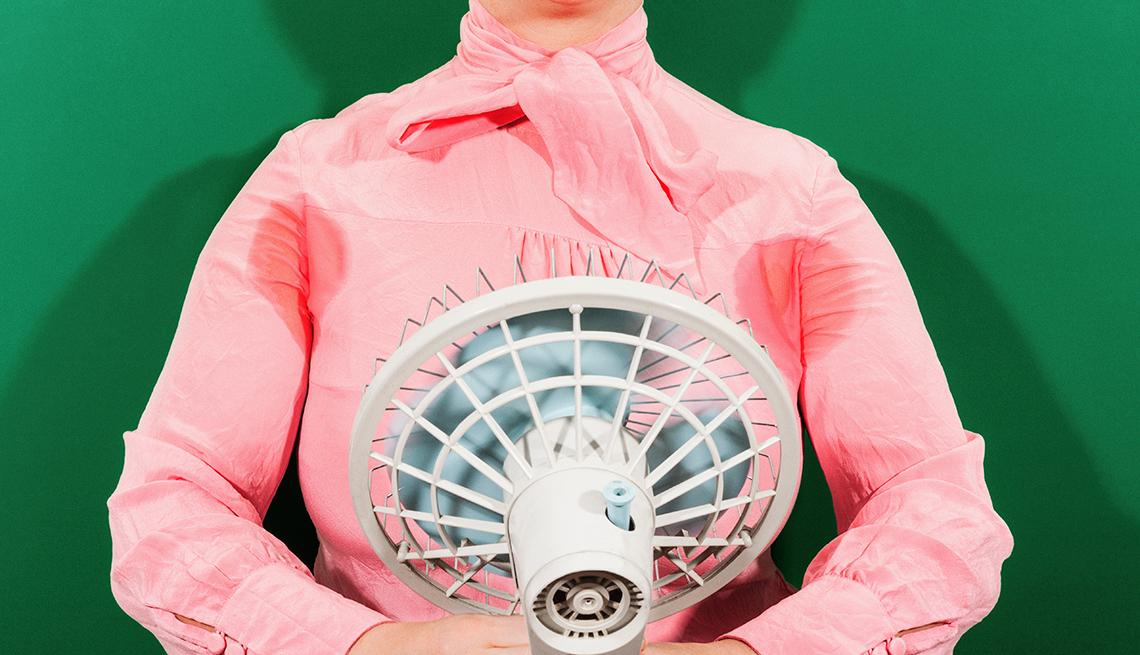 Mujer con un abanico al frente