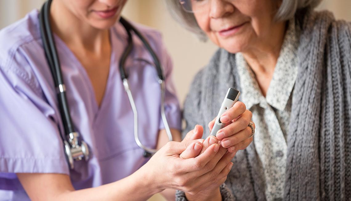Enfermera haciendo la prueba de azúcar a una paciente