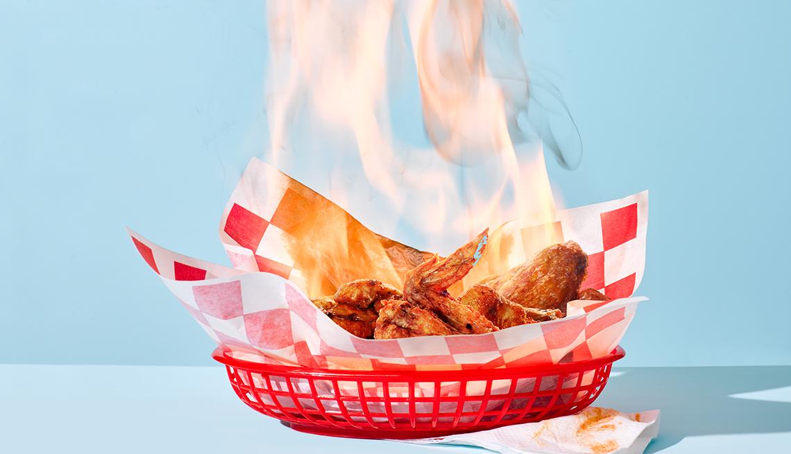 Alitas de pollo picantes en una bandeja