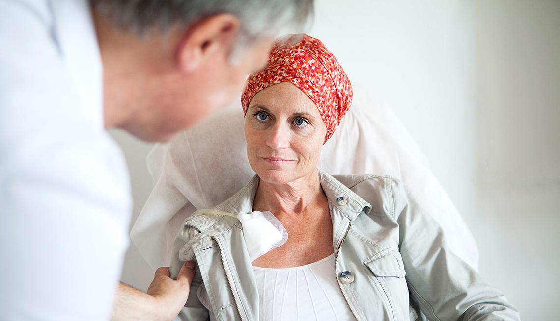 Mujer paciente de cáncer viendo a su médico