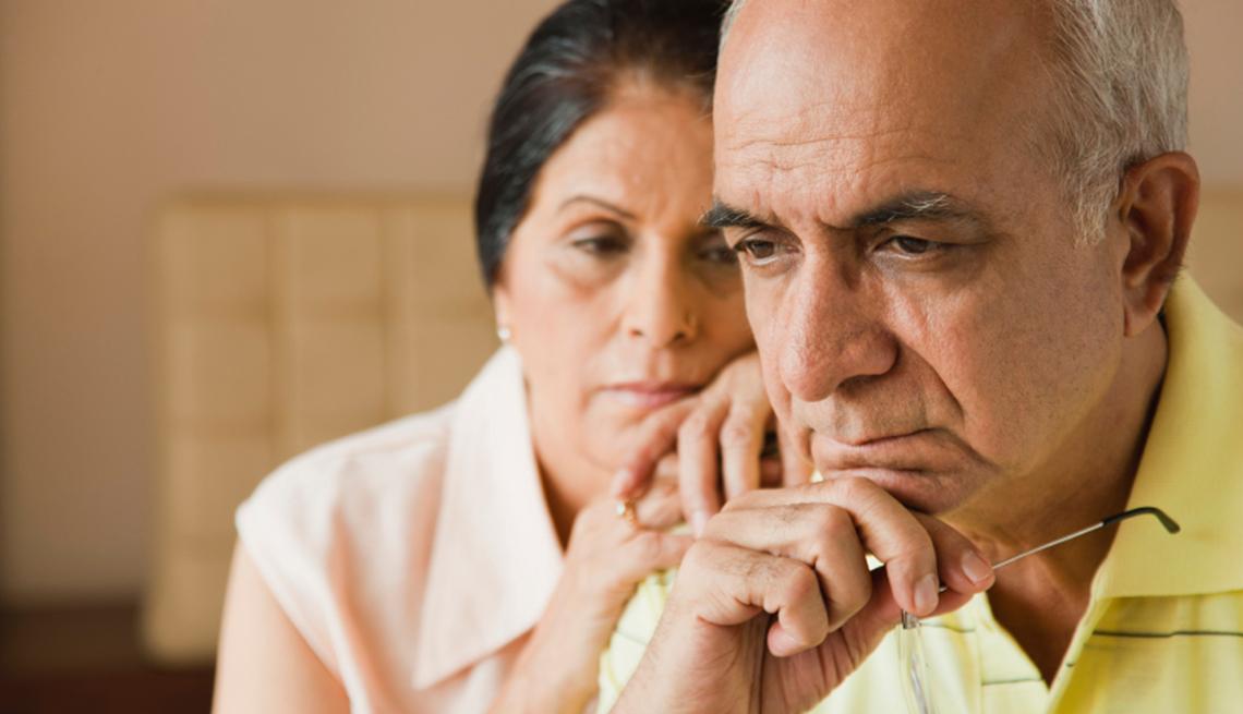 Una pareja madura se preocupa - Trastorno de ansiedad en los adultos mayores