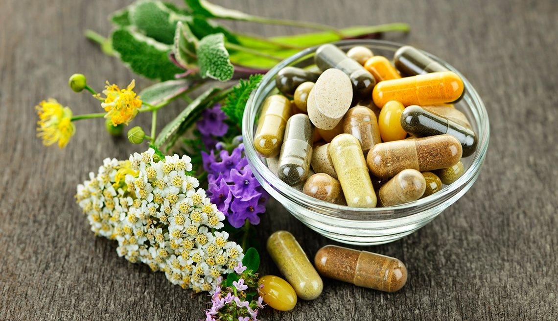 Hierbas medicinales y medicamentos en un envase de cristal