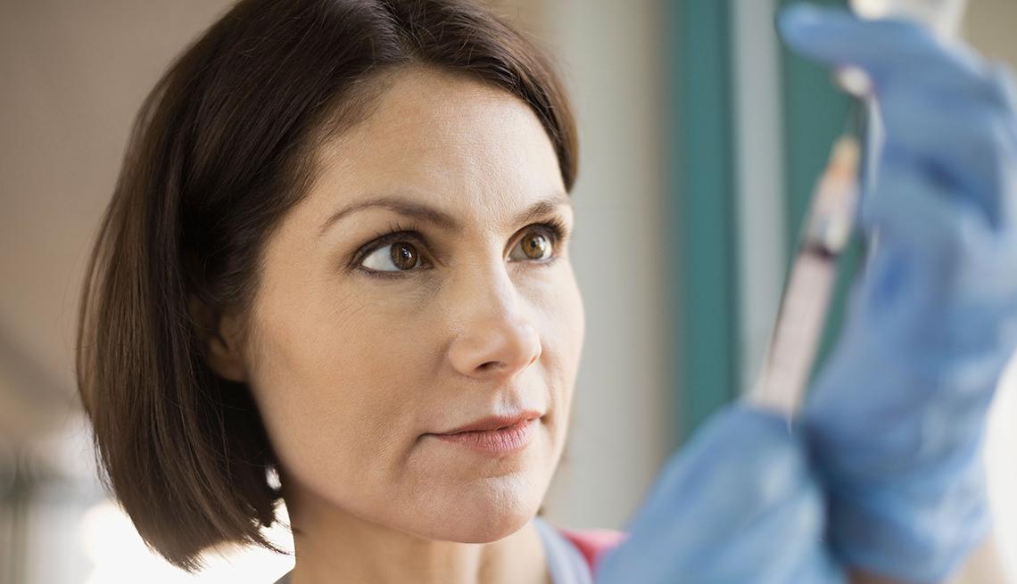 Enfermera con una jeringuilla - Usos médicos del Botox - Dr. Elmer Huerta