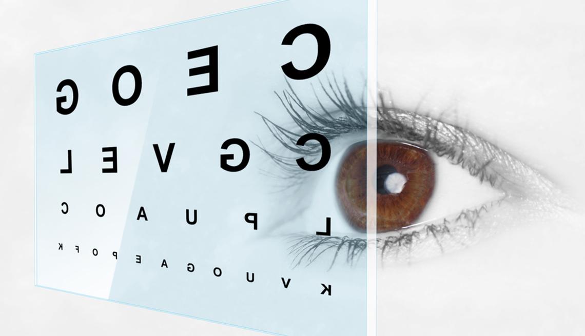 ojo de cerca mirando a letras en pantalla